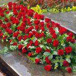 rouwstuk-Nr16-kistversiering-rode-roos2